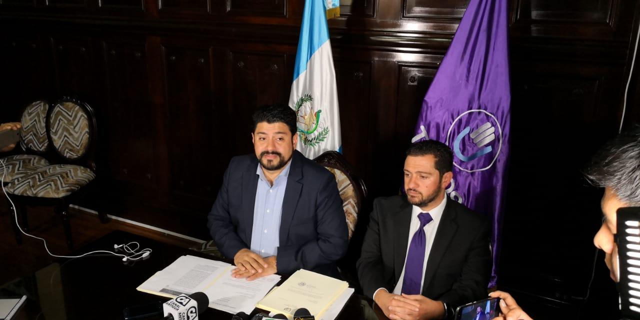 El diputado Ronald Arango, junto al congresista Rodrigo Valladares, presentaron una iniciativa de ley para regular las tarjetas de crédito. (Foto Prensa Libre: Carlos Álvarez)