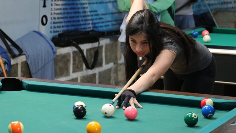 Ángeles Díaz representó recientemente a billar en la elección a Reina del Deporte. También es seleccionada destacada y representará a Xela en los nacionales. (Foto Prensa Libre: Raúl Juárez)