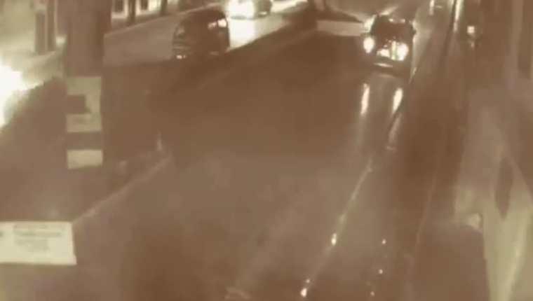 Una persona se estaciona bajo el puente El Caminero y deja bolsas con basura. (Foto tomada del video)