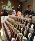 El cliente puede elegir varios aromas y fabricar su propia mezcla. (Foto Prensa Libre: Álvaro Interiano)
