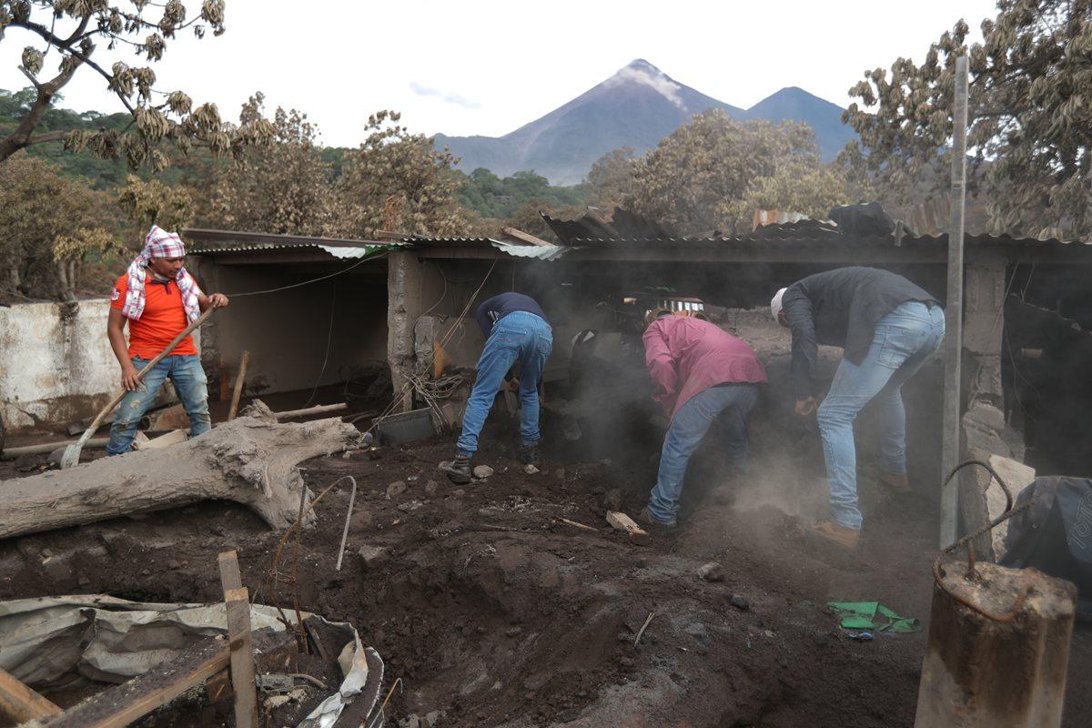 Líderes comunitarios trabajan para hallar a más cadáveres, víctimas del Volcán de Fuego, en San Miguel Los Lotes. (Foto Prensa Libre: Carlos Hernández)
