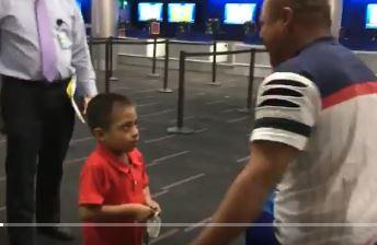Jefferson, de 6 años, mira incrédulo y confundido a su padre después de dos meses separados. (Foto: captura de Twitter)