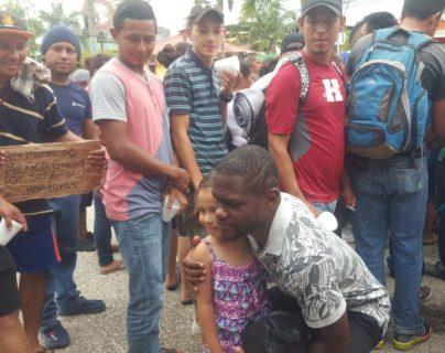 Milton Núñez muestra su apoyo a los migrantes hondureños en Tecún Umán