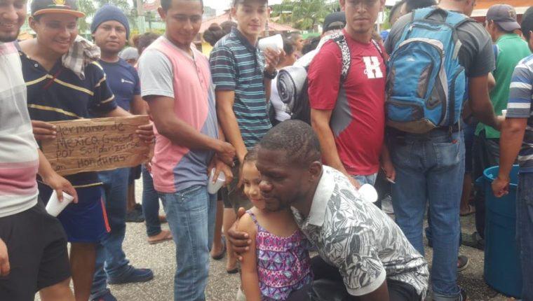 Milton Tyson Núñez se tomó fotografías con los migrantes hondureños. (Foto Prensa Libre: Cortesía Municipalidad de Tecún Umán)