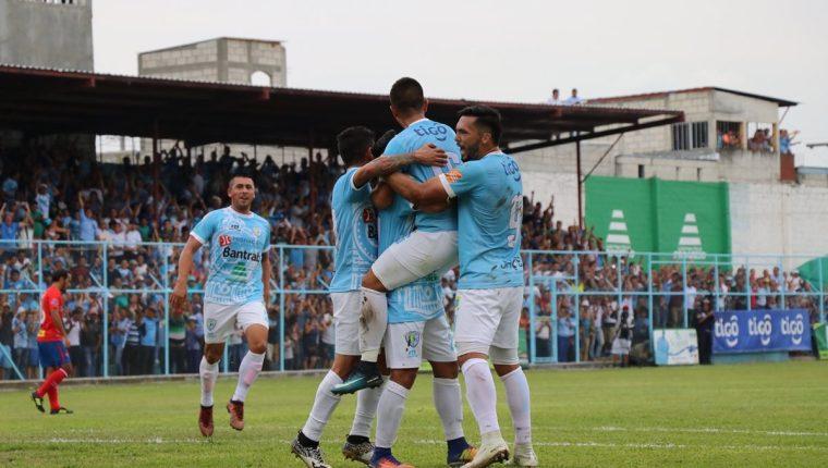 Los jugadores de Sanarate celebran vencer a Municipal y ganar la fase de clasificación. (Foto Prensa Libre: Hugo Oliva)