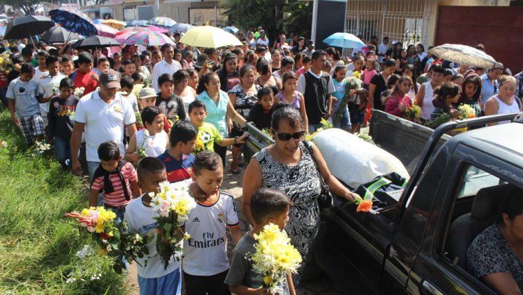 Vecinos acompañan el sepelio de menor en Jutiapa. (Foto Prensa Libre: Óscar González)