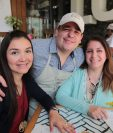 Ignacio Andrade, uno de los jóvenes que trabajan en Café Consciente, junto a dos clientas. (Foto Prensa Libre: Álvaro Interiano).
