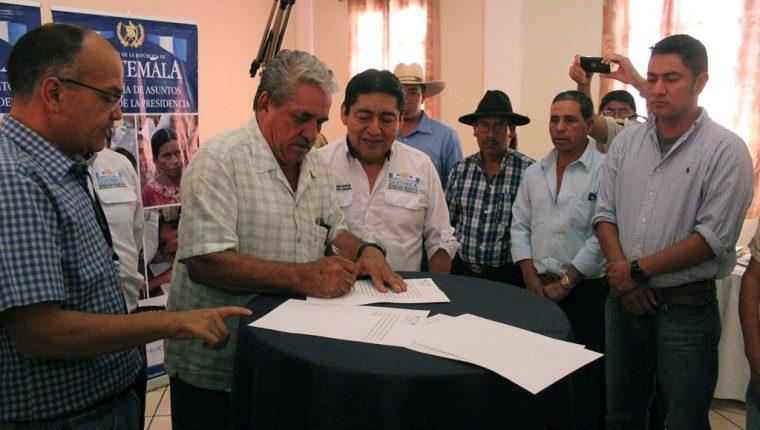 Finqueros de Jalapa y líderes comunitarios de Santa María Xalapán firman acuerdo para poner fin a conflicto de tierras. (Foto Prensa Libre: Hugo Oliva)