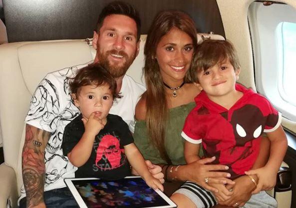 Lionel Messi junto a su esposa Antonella Roccuzzo y sus hijos Thiago y Mateo. (Foto Prensa Libre: @leomessi)