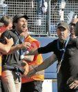 Este es uno de los aficionados que ingresó al campo y fue retenido por la seguridad del estadio. (Foto Prensa Libre: Hemeroteca PL)