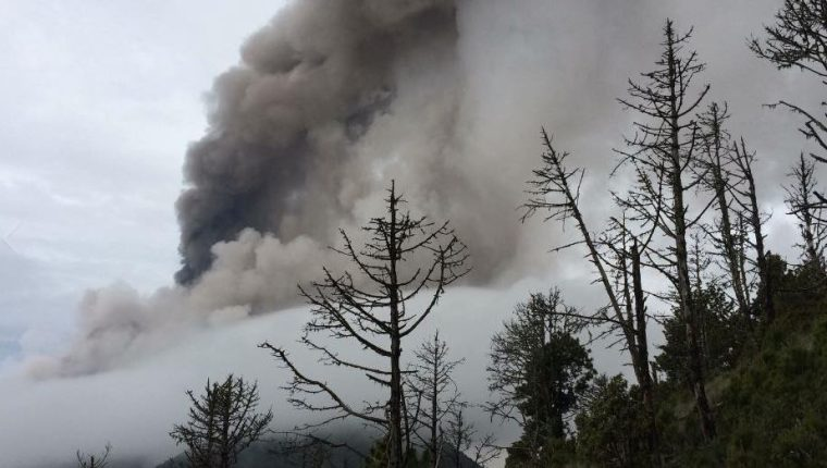 El montañista guatemalteco, Jorge Luis Altuve captó los momentos de la erupción del Volcán de Fuego. (Foto Prensa Libre: Tomada de Facebook)