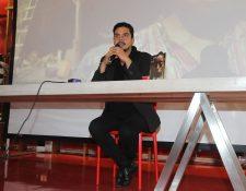 El director Jayro Bustamante, durante el lanzamiento del DVD de Ixcanul (Foto Prensa Libre: José Andrés Ochoa).