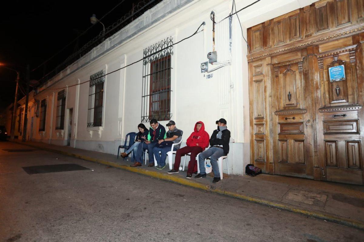 Miembros de las agrupaciones Vamos y Fuerza comenzaron a hacer fila para las inscripciones frente al TSE. (Foto Prensa Libre: Esbin García)