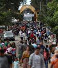 El Cementerio La Verbena, zona 7 de la capital fue visitado por miles de personas, quienes se dieron cita desde las 6 horas. (Foto Prensa Libre: Esbin García)