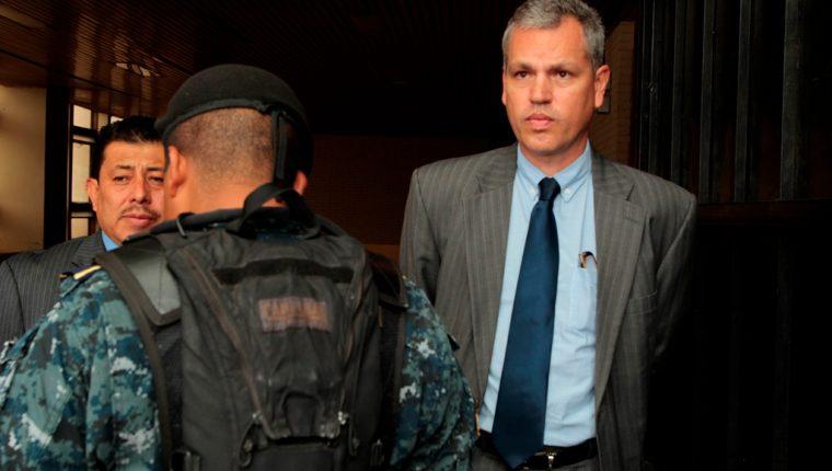 El diputado de la bancada Todos, Cristhian Boussinot, fue capturado ayer y trasladado a tribunales por un caso de plazas fantasma. Se le acusa de extorsión y peculado. (Foto Prensa Libre: Carlos Ovalle)
