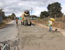 Según vecinos y transportista, las grietas demuestran la mala calidad de la carretera. (Foto Prensa Libre: Yésica Tol)
