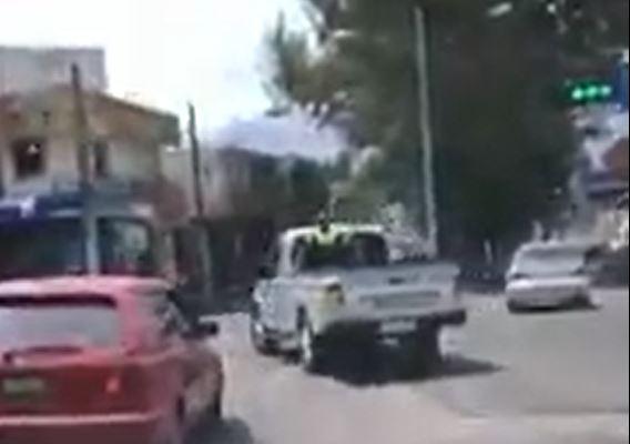 El vehículo de la PMTQ efectúa un viraje imprudente en la zona 3 de Xela. (Foto tomada del video)