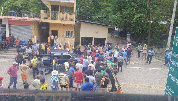 Pilotos del transporte de carga, pedían a la SAT restablecer el servicio, en la Aduanas El Florido, frontera con Honduras, para poder continuar su ruta. (Foto, Prensa Libre: Cortesía)