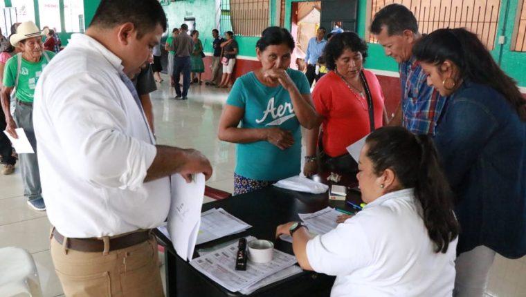 Entrega de vales para afectados por la canícula prolongada en Suchitepéquez. (Foto Prensa Libre: Josselline Gómez)