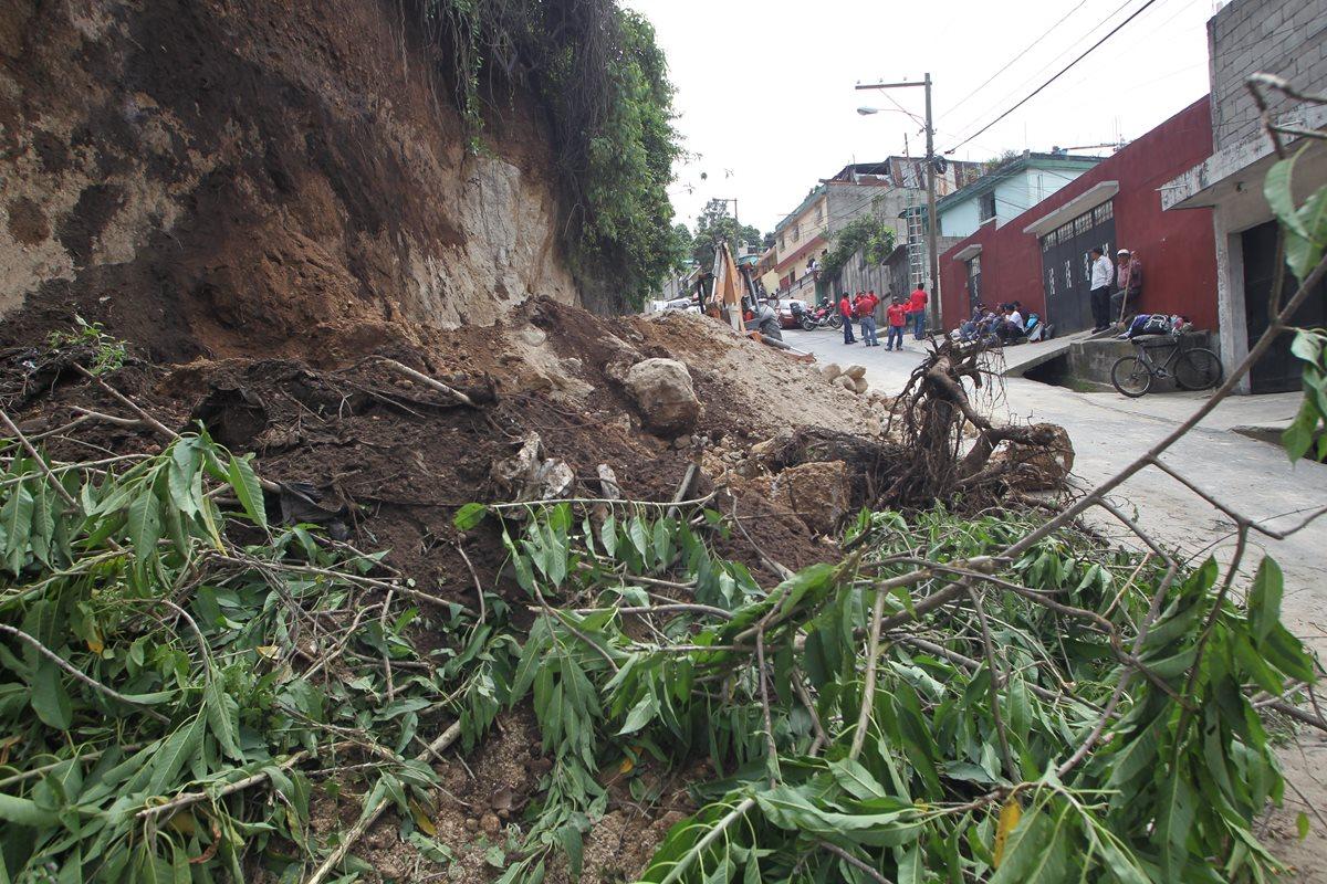 El paso de la colonia La Comunidad, zona 10 de Mixco, hacia Doraldina 1, zona 2, quedó bloqueado por un derrumbe. (Foto Prensa Libre: Érick Ávila)