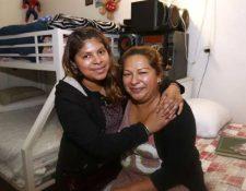 Jennifer Juárez -iquierda- dice que se siente orgullosa de la valentía de su madre, Michelle. (Foto del sitio laopinion.com)