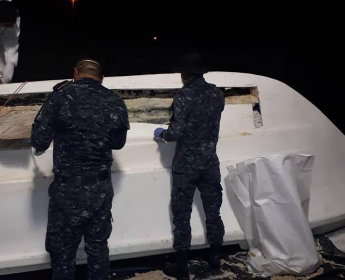 Lancha en la que fue decomisada la cocaína en Puerto San José. (Foto Prensa Libre: PNC).