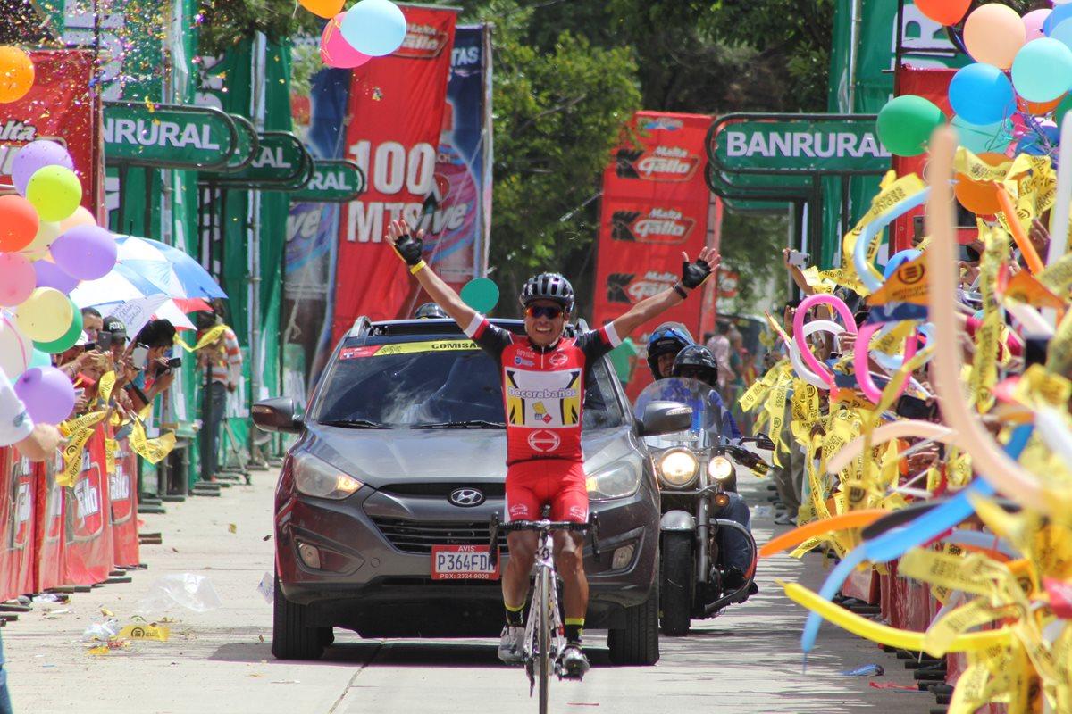 Alfredo Ajpacajá levanta las manos para festejar su ingreso a la meta en El Progreso, Jutiapa. (Foto Prensa Libre: Hugo Oliva)