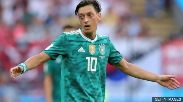 Mesut Özil no mencionó que se retiraba definitivamente de la selección, pero por el momento no piensa jugar con ella. (Foto Prensa Libre: BBC Mundo)