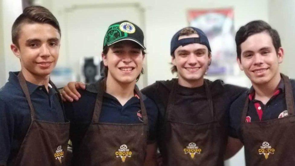 Los jóvenes que ahora trabajan en el negocio de Camilo Restrepo han encontrado una alternativa a la emigración.