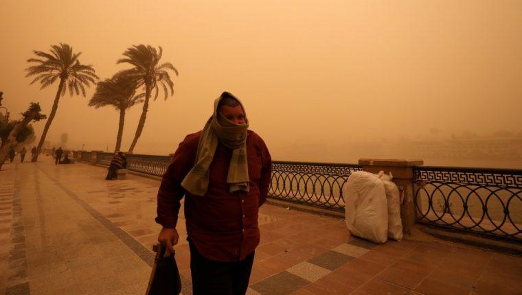 Un hombre camina cerca del Río Nilo el miércoles.