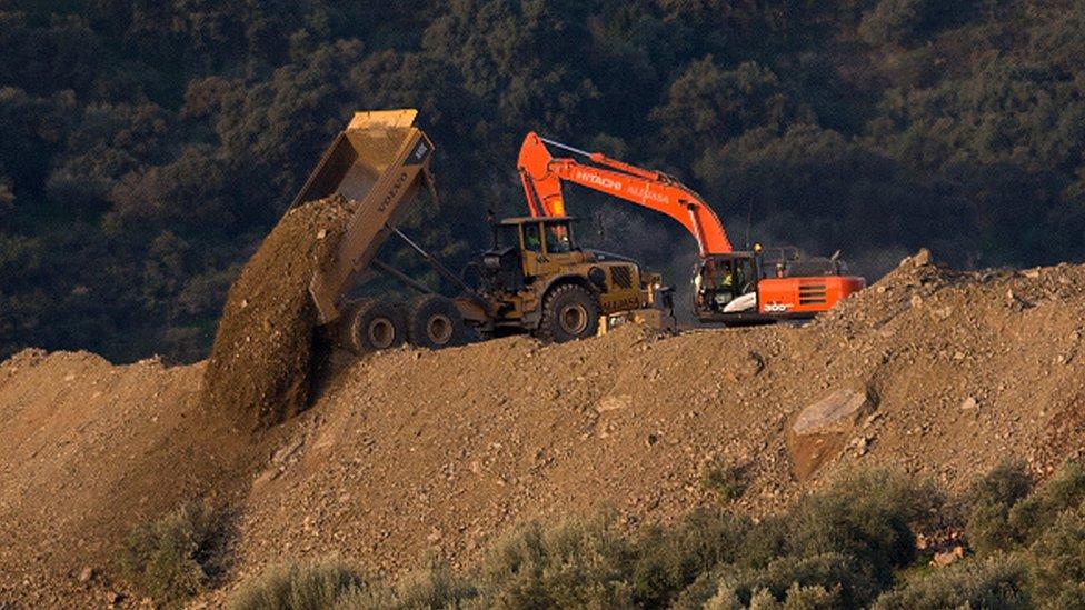 La zona está llena de maquinaria pesada para excavar varios túneles.