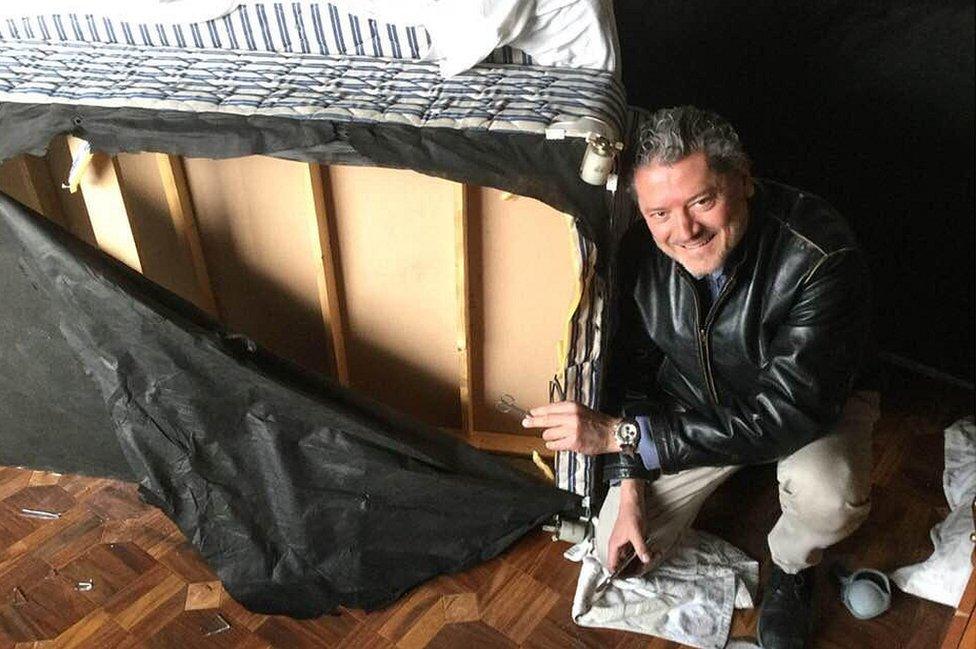 Vasileios Vasileiou junto a la cama en la que se escondió cuando los talibanes entraron en su habitación. VASILEIOS VASILEIOU