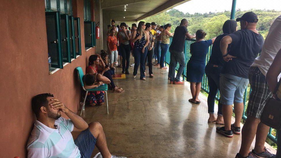 Muchos familiares están esperando noticias de sus seres queridos desde el viernes.