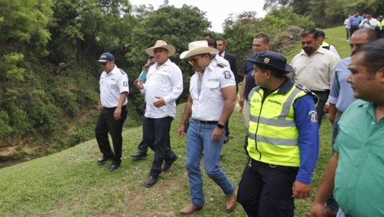 El ministro de Ambiente, Alfonso Alonzo, y el alcalde de Mixco, Neto Bran, participan en la colocación de una biobarda en el río Pansalic. (Foto Prensa Libre. Cortesía MARN)