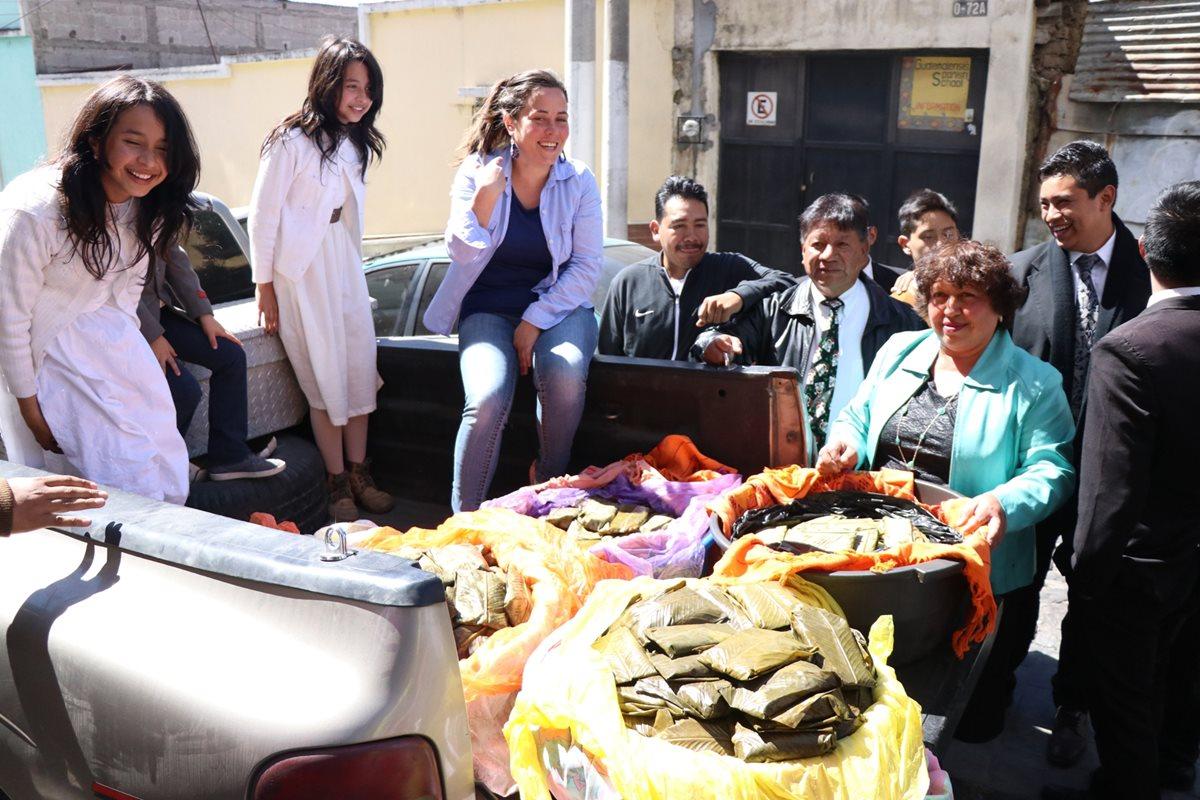 Voluntarios reparten paches, donados para personas de escasos recursos, en el área rural de Xelajú. (Foto Prensa Libre: María José Longo)