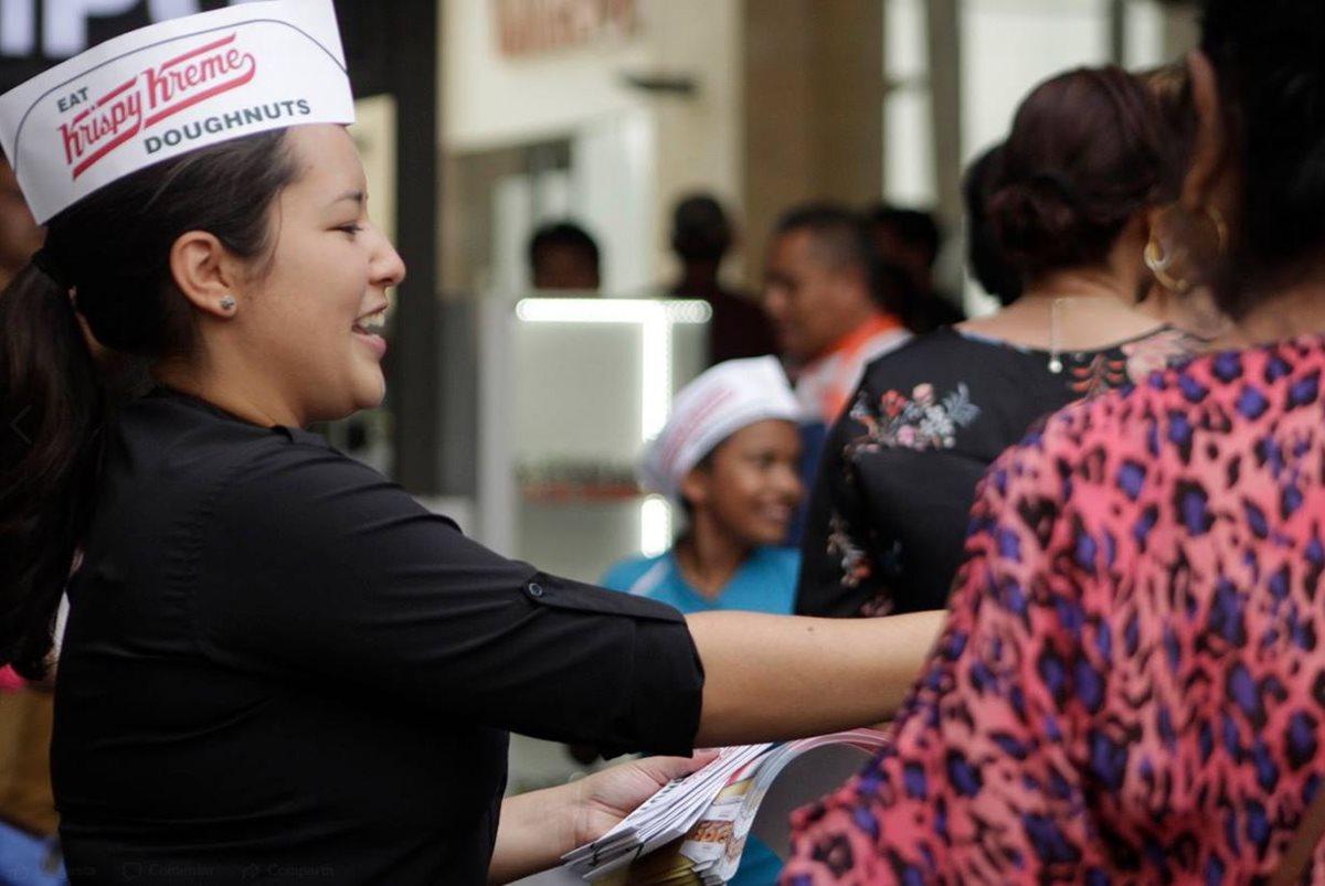 Krispy Kreme compartió en sus redes sociales el Doughnut Drop y regalaron a finales de septiembre cientos de medias docenas de donas en Majadas Once. (Foto Prensa Libre: Facebook Krispy Kreme)