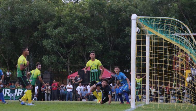 Los jugadores de Guastatoya observan como ingresa el balón luego del cabezazo de Omar Domínguez. (Foto Prensa Libre: Hugo Oliva)