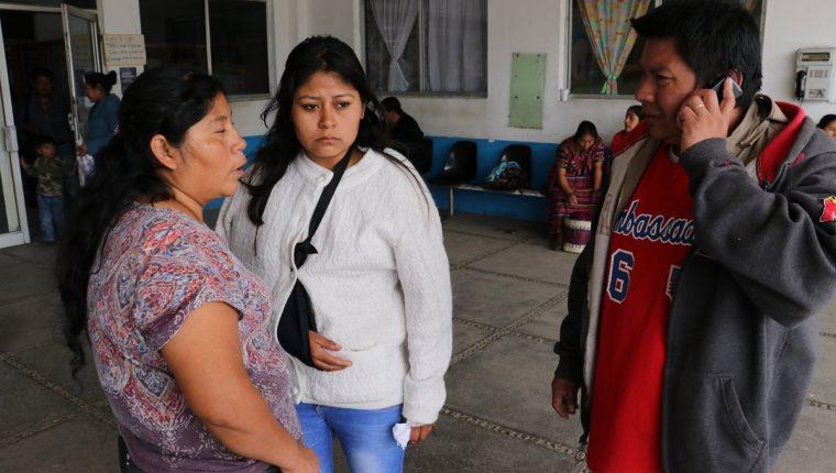 Rut Say y Néstor Silvestre aseguran que le darán apoyo a su hija, Kimberly Xiomara, para que supere la pérdida de su esposo. (Foto Prensa Libre: Víctor Chamalé)