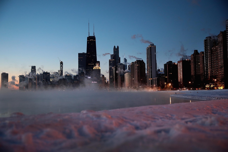 El sol sale a lo largo de la orilla del lago mientras las temperaturas rondaban los -20 grados
