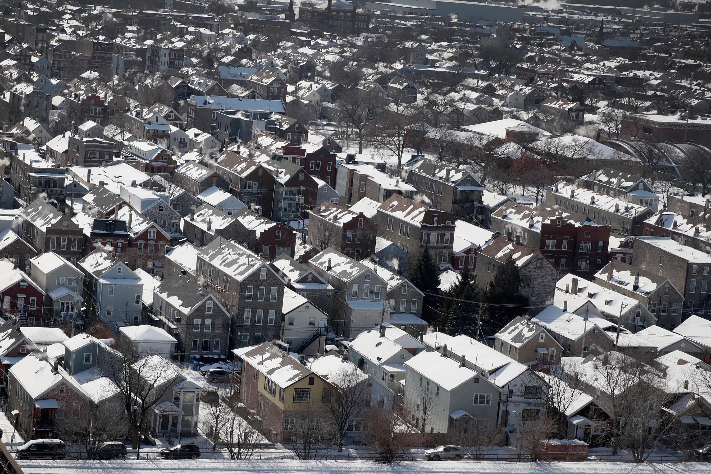 La nieve y el hielo cubren los techos de las casas debido a que las temperaturas durante los últimos dos días han descendido a mínimos