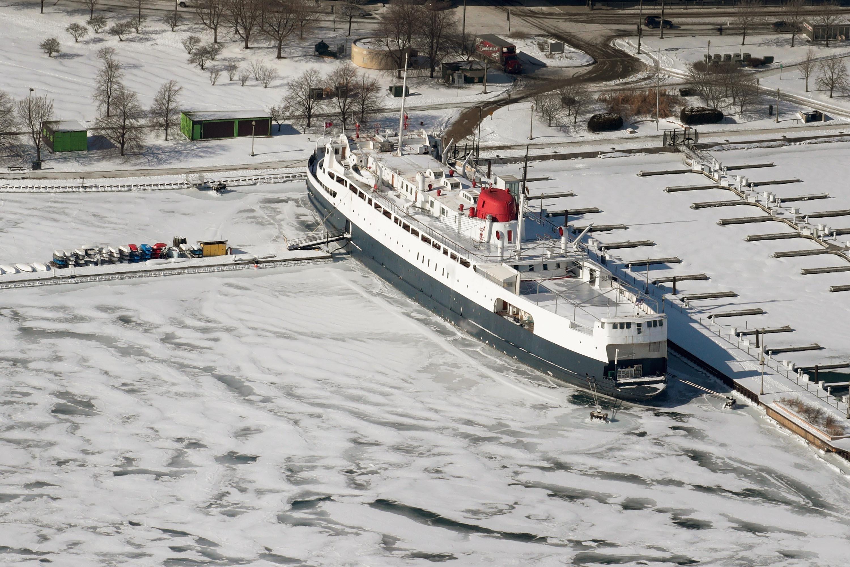 El hielo rodea un barco a lo largo de la orilla del lago Michigan, cerca del centro de la ciudad