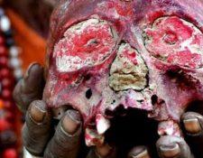 Los Aghori usan cráneos humanos para sus rituales. EPA