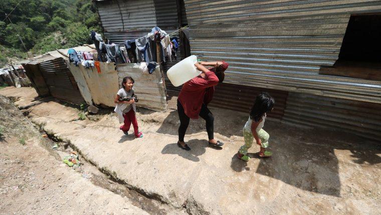 En el asentamiento, anexo a la colonia Kjell Laugerud, viven unas 85 familias que no tienen acceso a agua entubada. (Foto Prensa Libre: Érick Ávila)