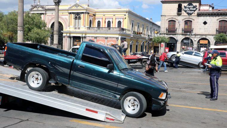 Uno de los vehículos que fue trasladado al predio de la PMT por haber sido estacionado en un lugar prohibido. (Foto Prensa Libre: Carlos Ventura).