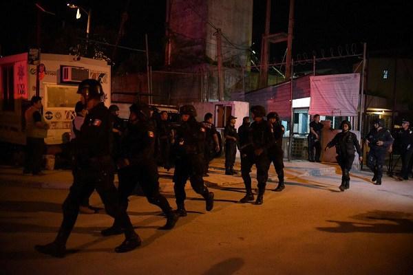 Fuerza policial se moviliza en Cancún par dar con el paradero de los reos fugados. (Foto Prensa Libre: @VertienteGloba1).