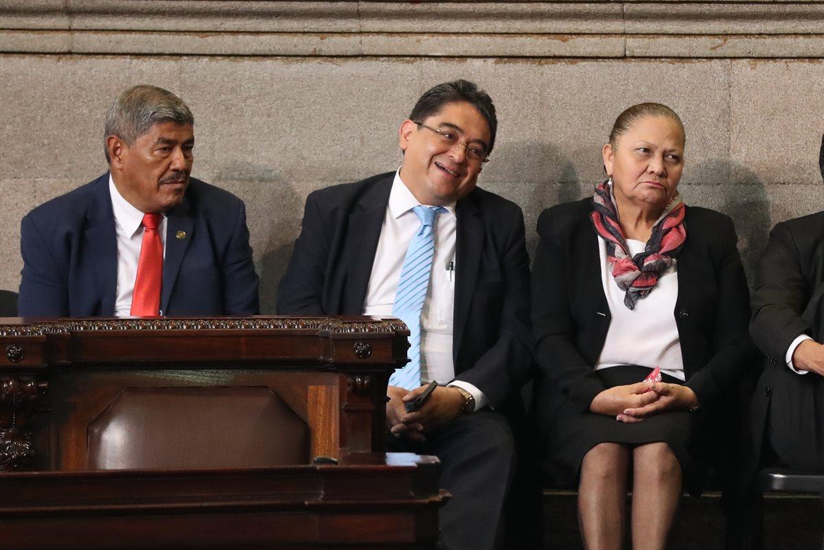 Jordán Rodas, procurador de los derechos humanos (centro) sonríe al ser mencionado de último por la junta directiva del Congreso y ser abucheado por algunos diputados. (Foto Prensa Libre: Esbin García)