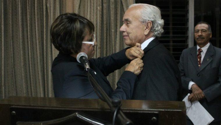 Ileana Alamilla, presidenta de la APG, impone la distinción al periodista Mario Antonio Sandoval. (Foto Prensa Libre: Edwin Bercián)