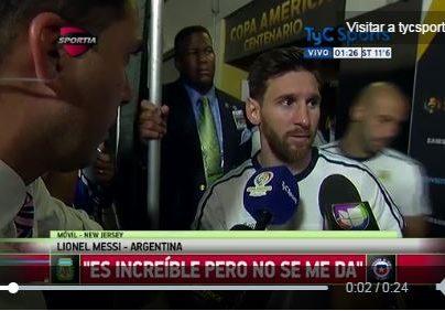 Messi en el momento que anuncia su retiro de la Albiceleste. (Foto Prensa Libre: AFP).