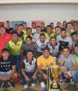 Los jugadores de Guastatoya sonríen con el trofeo de campeones del Clausura 2018, luego de su celebración privada. (Foto Prensa Libre: Cortesía Guastatoya)