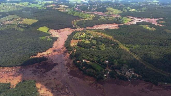 Una gran cantidad de lodo descendió por las laderas tras la rotura de la presa. AFP